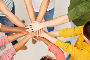 "Alle gemeinsam [Originaltitel: ""group of international people with hands together""]©Syda Productions / Fotolia"